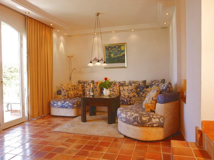 Wohnzimmer mit Couch, Flachbildfernseher, Stereoanlage, DVD und CD Player der exclusiven Villa.