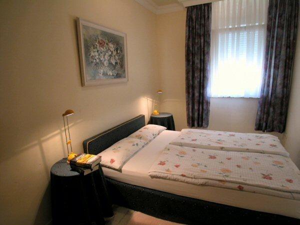 Das 3.Schlafzimmer mit Doppelbett in der Luxuspenthausvilla