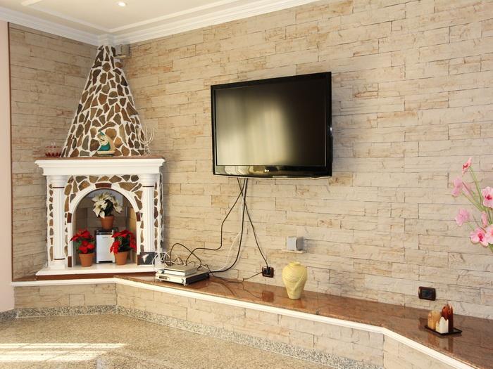 Wohnzimmer mit Sat - TV und Stereoanlage in der Villa Veronique in Los Christiaos auf tenerife