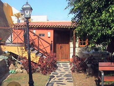 Bild: Zeigt das romantische Ferienhaus, mit Naturstein Weg, Manolo in Santa Domingo.