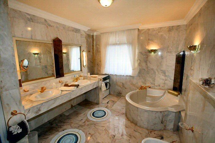 Elegantes Marmorbad mit Eckbadewanne der Penthauswohnung in Chayofa auf Teneriffa