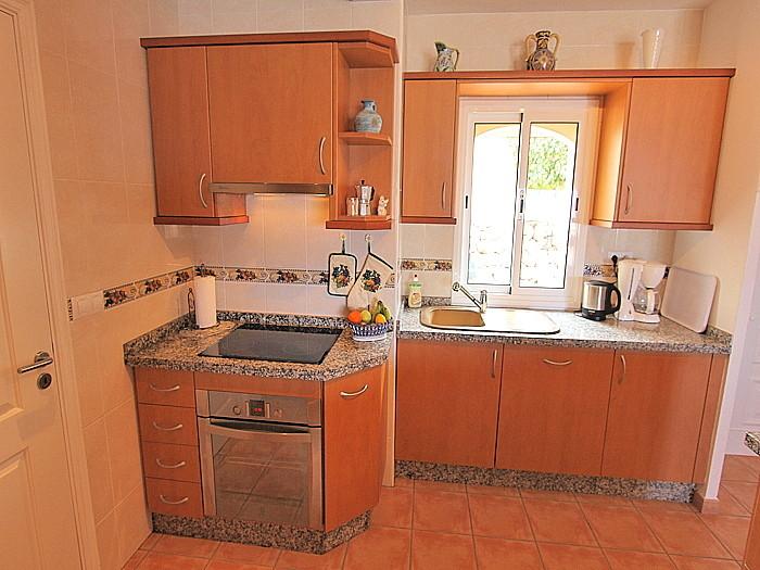 Kochbereich der Küche mit Blick in den Garten.