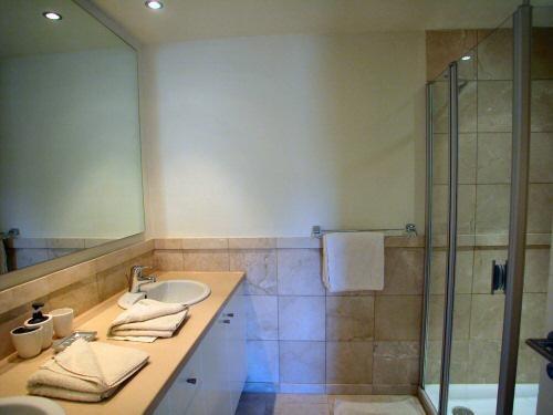 das Badezimmer ensuite