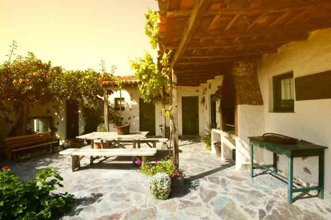 Uneinsichtiger Patio vom Ferienhaus mit Sitzbänken und Grill auf Teneriffa in Guia de Isora