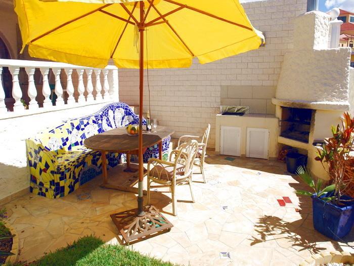 Terrasse mit Gartenmöbeln und Grill der Urlaubsvilla auf teneriffa