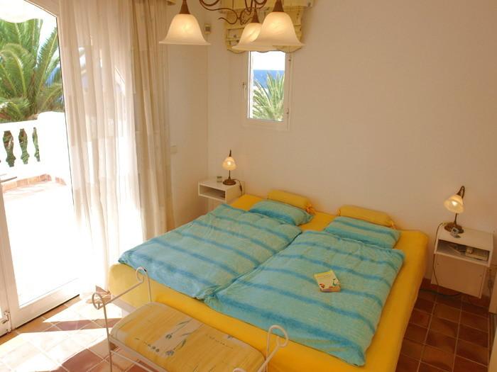 Erste Schlafzimmer mit Wasserbett und Kleiderschrank.