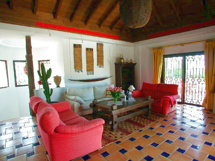 Hochwertig eingerichtetes Wohnzimmer mit Sat - TV und gemütlicher Essecke in der freistehenden Villa mit Pool und großem Gartengelände