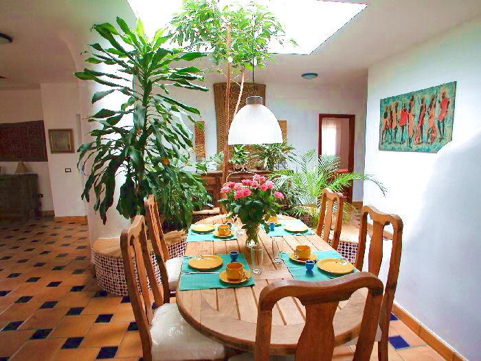 Esstisch für bis zu 6 Personen in der imposanten Villa mit tropischem Garten.