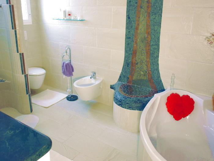 Exclusives bad mit Eckbadewanne , Bidet und Waschbecken der Villa