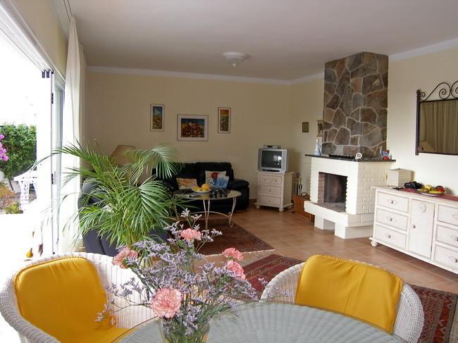 offener Kamin im Wohnzimmer für kühlere Tage