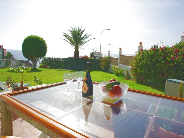 Begrüssungskorb mit Wein und Mineralwasser für einen erholsamen Urlaub im Nichtraucherhaus
