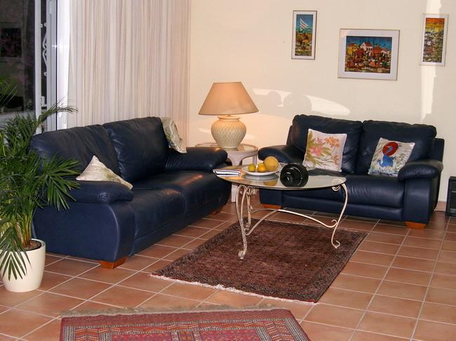 Gemütliche Ledercouchen im freundlichen Wohnzimmer der exclusiven Villa Kimba