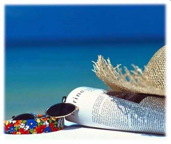Alles was man am Strand braucht, Brille, Hut, Sonne und was zu lesen.