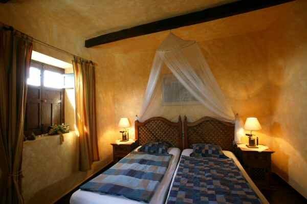 Schlafzimmer mit Himmelbett der Casa Nigara auf teneriffa mit Pool und Internet in Guia de Isora