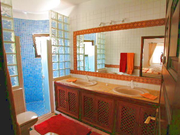 Exclusives Bad mit Doppelwaschbecken und Dusche in der Villa Tropical auf Teneriffa
