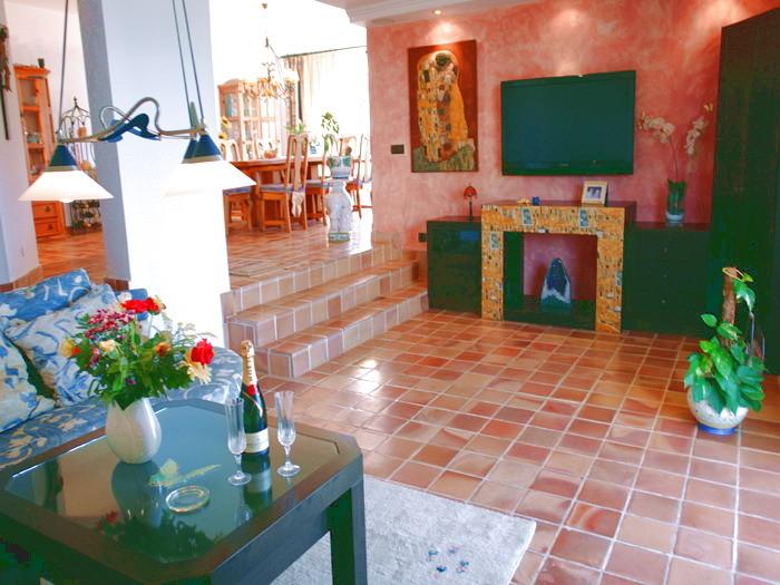 Offenes Wohnzimmer mit angrenzendem Esszimmer in der Villa mit Pool