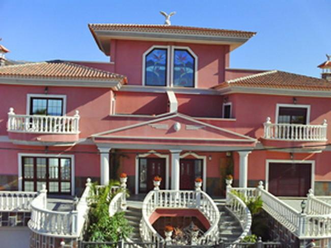 Ferien Villa in der Frontansicht. Die Villa ist in einem kanarischen Rot gehalten.