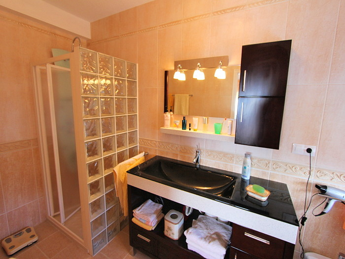 Bad zum 2. Schlafzimmer mit Dusche.