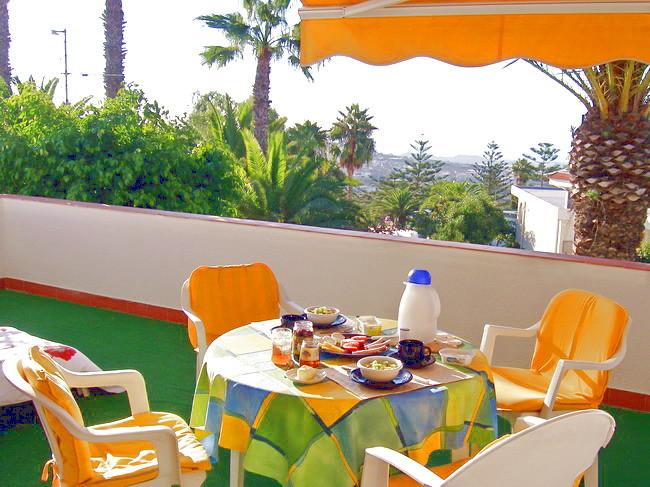 hübsche Terrasse ist mit Gartenmöbeln, einer Hollywoodschaukel und Sonnenliegen ausgestattet und bietet einen wunderbaren Blick auf das Meer und die umliegenden Berge.