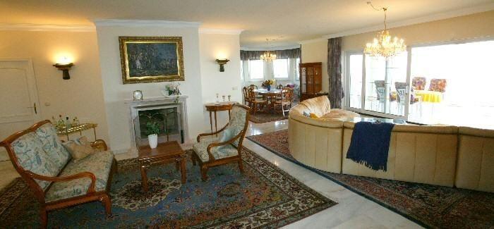 Hochwertig eingerichtetes Wohnzimmer mit grosser Sitzgruppe in der Penthauswohnung in Chayofa mit Pool auf Teneriffa