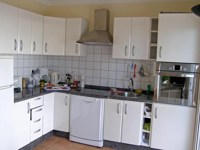 Voll ausgestattete Küche mit Herd, Backofen, Spülmaschine, Toaster, Kaffemaschine, Mikrowellenherd usw.