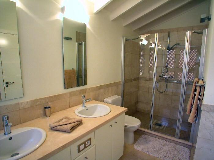 2.Badezimmer ist mit Doppelwaschbecken, WC und    großer Dusche