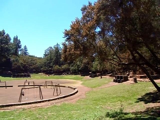 Ansicht vom Spielplatz der in der Mitte vom Grillplatz ist.