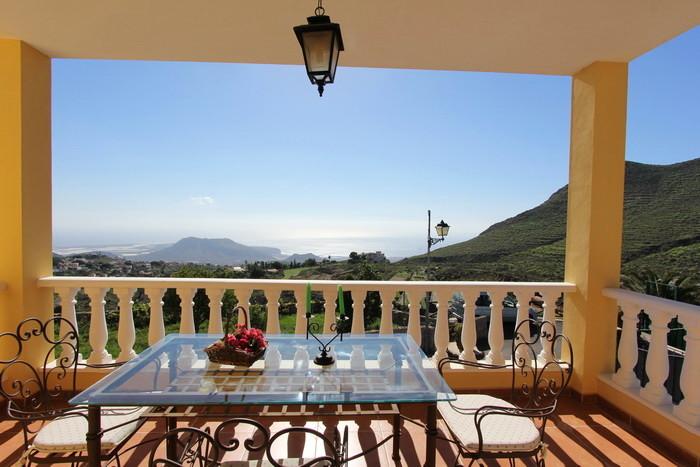 Wunderschöner Blick auf das Meer und die Landschaft von der überbauten Terrasse des  Ferienhauses.