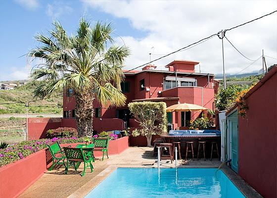 Blick vom Pool auf das Penthaus mit 3 Schlafzimmern und 250 qm Wohnfläche