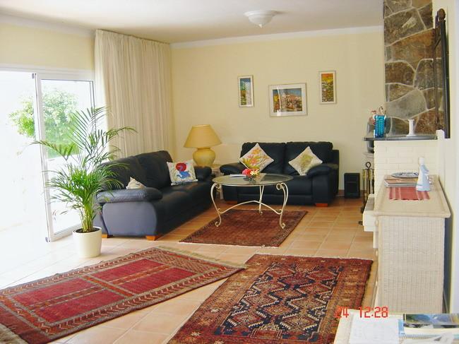 Modernes Wohnzimmer mit Sitzgarnitur, Stereoanlage, Klimaanlage und offenem Kamin in der Villa Kimba auf teneriffa