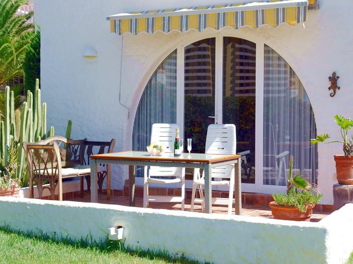 Terrassen mit Gartenmöbeln und Sonnenliegen ausgestattet.