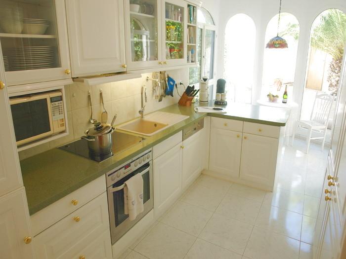 Moderne Luxusküche, voll ausgestattet mit Geschirrspüler und Gefrierkombination.