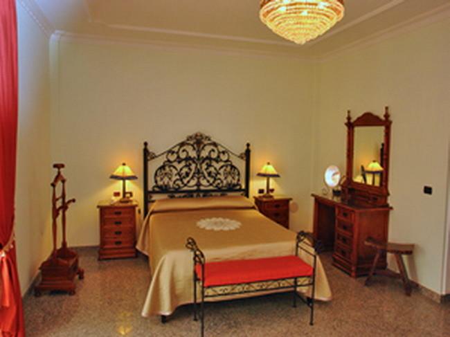 Elegantes Schlafzimmer mit Doppelbett der Villa auf Tenerife in Los Christianos mit Internet