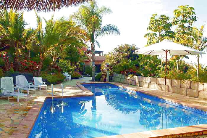 Sonnenliegen und Gartenmöbel am uneinsichtigen Pool auch für FKK geeignet in der Villa Finca Tropical