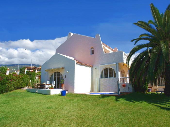 freistehende Villa Santiago in der beliebten Region Costa Adeje in Playa Paraiso auf Teneriffa mit Pool und großem Garten und Meerblick , ideal für bis zu 6 Personen auch für Familien geeignet