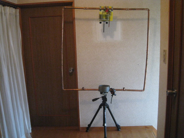 (新)カメラ用三脚に載せたTV用ヨークコアに同軸4回巻き給電/Φ22mm銅管をコアに貫通/全周長4mのMAG-LOOP