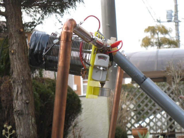 下段アンテナの同調状態確認用インジケーター「LED indicator」及び「簡易メーターボックス(中央白色光がLED)」並びに直径11CM27回巻きコイルを接続替えする