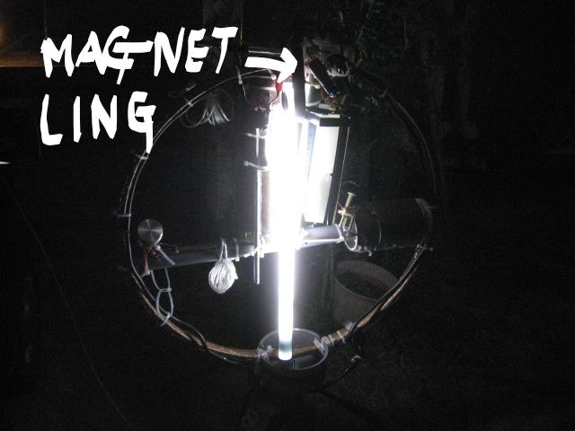 LOOP頂部電極間に水晶塊接続(高周波電圧上昇?・・・蛍光管の輝きが上昇)同軸線ケーブル三回巻きで給電/LOOPのTOPに帯磁石のLING取付