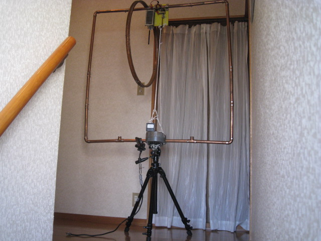 Φ直径65cmリングを載せると、下部W計(ダイオード検波)の振れが数倍になる。