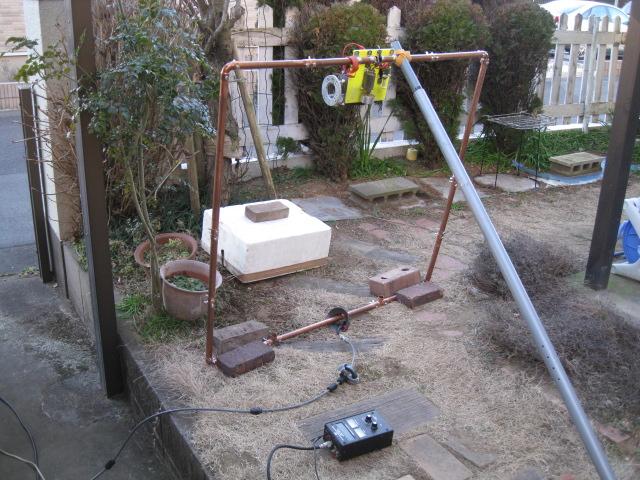 Φ11CM27回巻きコイル取付の向きを変更/接続替え:TV用ヨークコアに同軸二回巻き給電/Φ22mm銅管をコアに貫通/全周長4mでLOOPのTOPが0mH:1辺1m長:MAG-LOOP地盤面置き