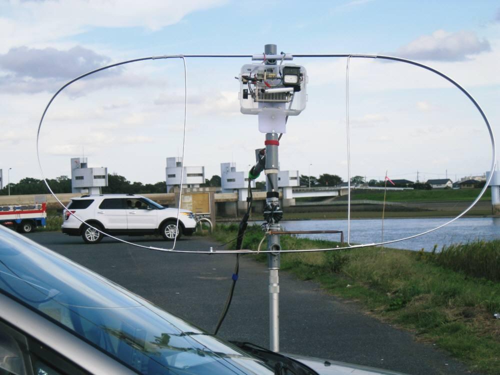 周長400cm(内L260cm)MLAスモール・ループ磁界型ANTの給電部に1:1自作50オームバランを取り付1mh垂直設置移動運用:21MHZでDX交信良好