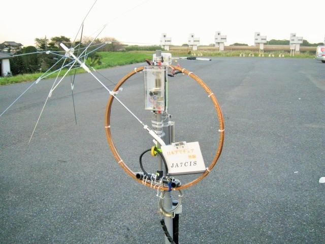 バンド別位置可変方式給電LOOPサイズ直径15CMにバラン用コア取付):外LOOPに雨傘導波エレメントUmbrella wave Director取付(受信音・信号増大/選択電波到来方角判別)
