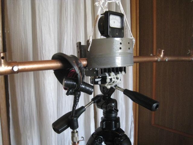 TV用ヨークコアに同軸4回巻き給電:強力マグネット10個を巻き線よりにつける/Φ22mm銅管をコアに貫通/全周長4mでLOOPの給電部等の状況