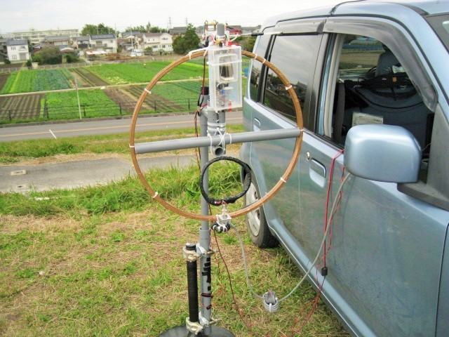 給電LOOP回転基台下部に50Ωの1:1バランを取り付け実験:翌日バラン取付不十分で脱落のため、別構造に変更でDX交信Sweden等