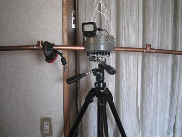 新カメラ用三脚に載せたTV用ヨークコアに同軸4回巻き給電/Φ22mm銅管をコアに貫通/全周長4mでLOOPの給電部等の状況