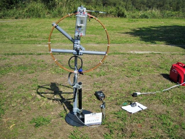芝生上での直径Φ65cmMLAの各バンドごとのSWR値等測定状況