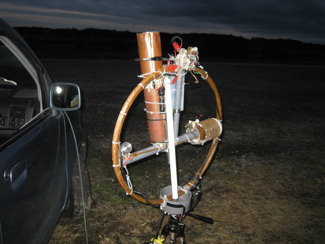 下方寄りに主LOOPを貫通させたバラン用コア取付、同軸線ケーブル三回巻きで給電+RADシリンダーでHFバンドDX交信可能