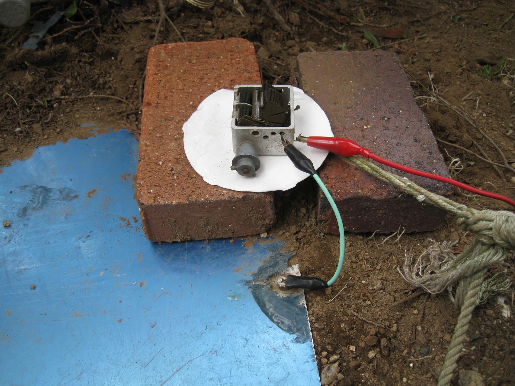 地上高ゼロメートル/地面置きアルミ板ANTに直列にVCをつけて給電