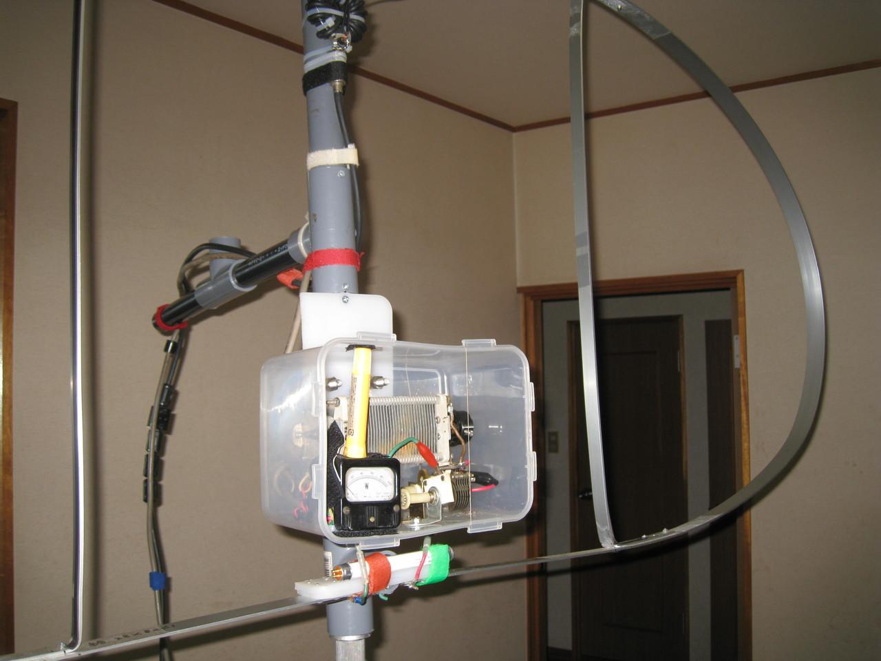 同調部側に「監視・危害防止」用に100V4W蛍光管取り付けた「400cm(内側L260cm)磁界型スモール・ループMLAアンテナ」2階室内使用状況