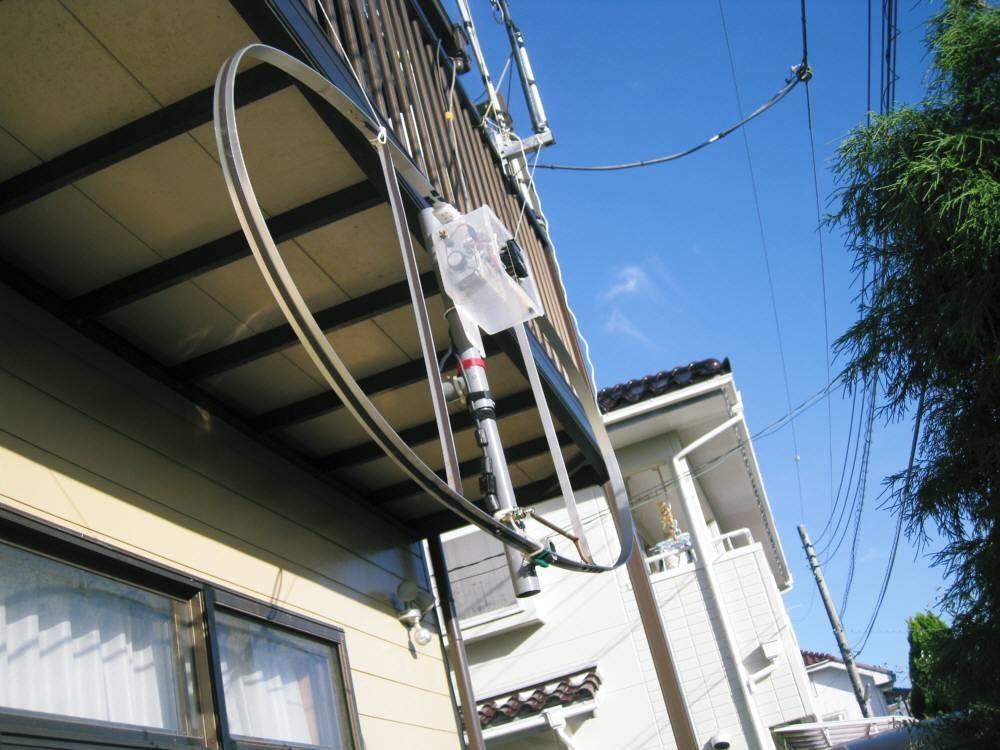 自宅2Fベランダ下に吊り下げた周長400cm(内L260cm)MLAスモール・ループ磁界型ANT(SWR値1.2未満):給電部2.3mh